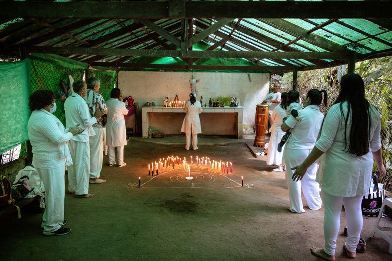 O templo Tenda Umbanda de Luz realiza ritual em uma das tendas alugadas no Santuário Nacional ...