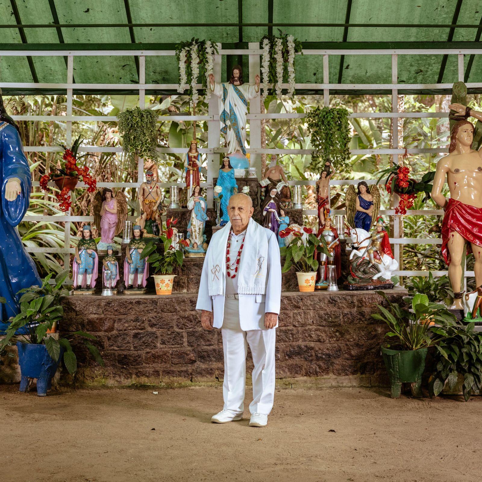 Ronaldo Linares, o Pai Ronaldo, posa em frente ao altar, ou congá, de sua tenda no ...