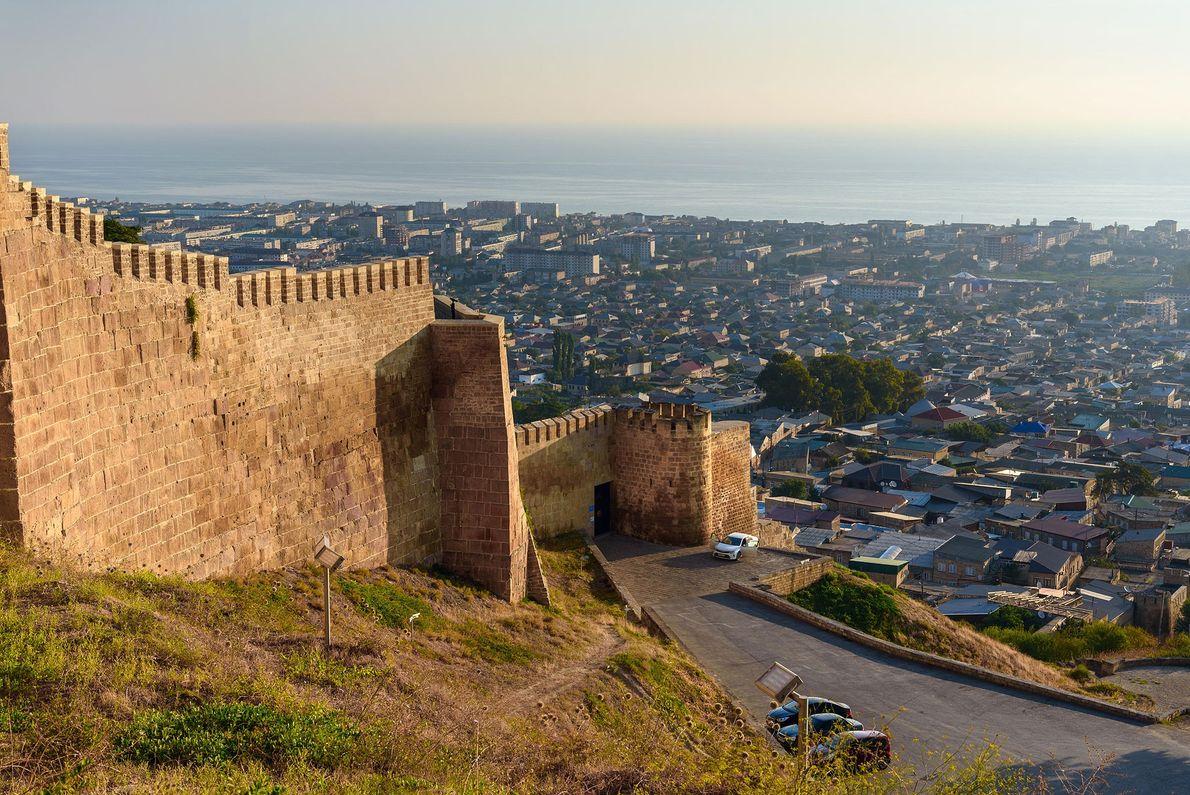 DERBENT Situada na encosta de uma montanha com vista para o Mar Cáspio, a fortaleza de Derbent ...