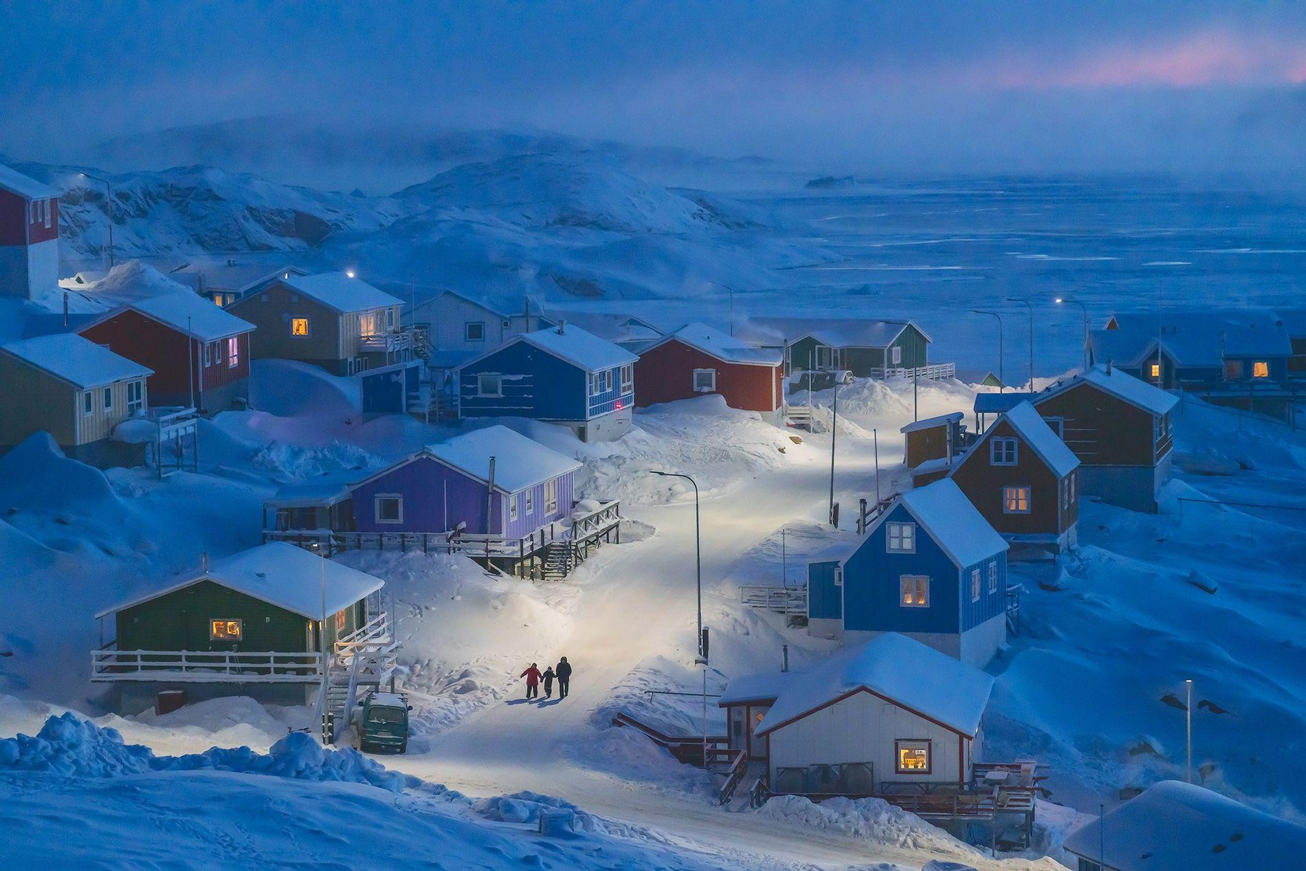 Upernavik é um vilarejo de pescadores em uma pequena ilha localizada na parte oeste da Groenlândia. Historicamente, as construções na Groenlândia eram pintadas de cores diferentes para indicar diferentes funções, de fachadas vermelhas de lojas a casas azuis de pescadores, uma maneira eficiente de dar destaque em meio à paisagem marcada pela neve. Essa imagem foi selecionada como a grande vencedora do Concurso de Fotografia de Viagem da National Geographic de 2019.