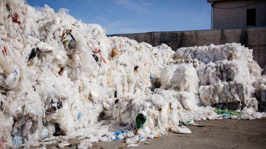 Sacolas plásticas dos supermercados Walmart de várias partes dos Estados Unidos aguardando processamento em uma usina ...