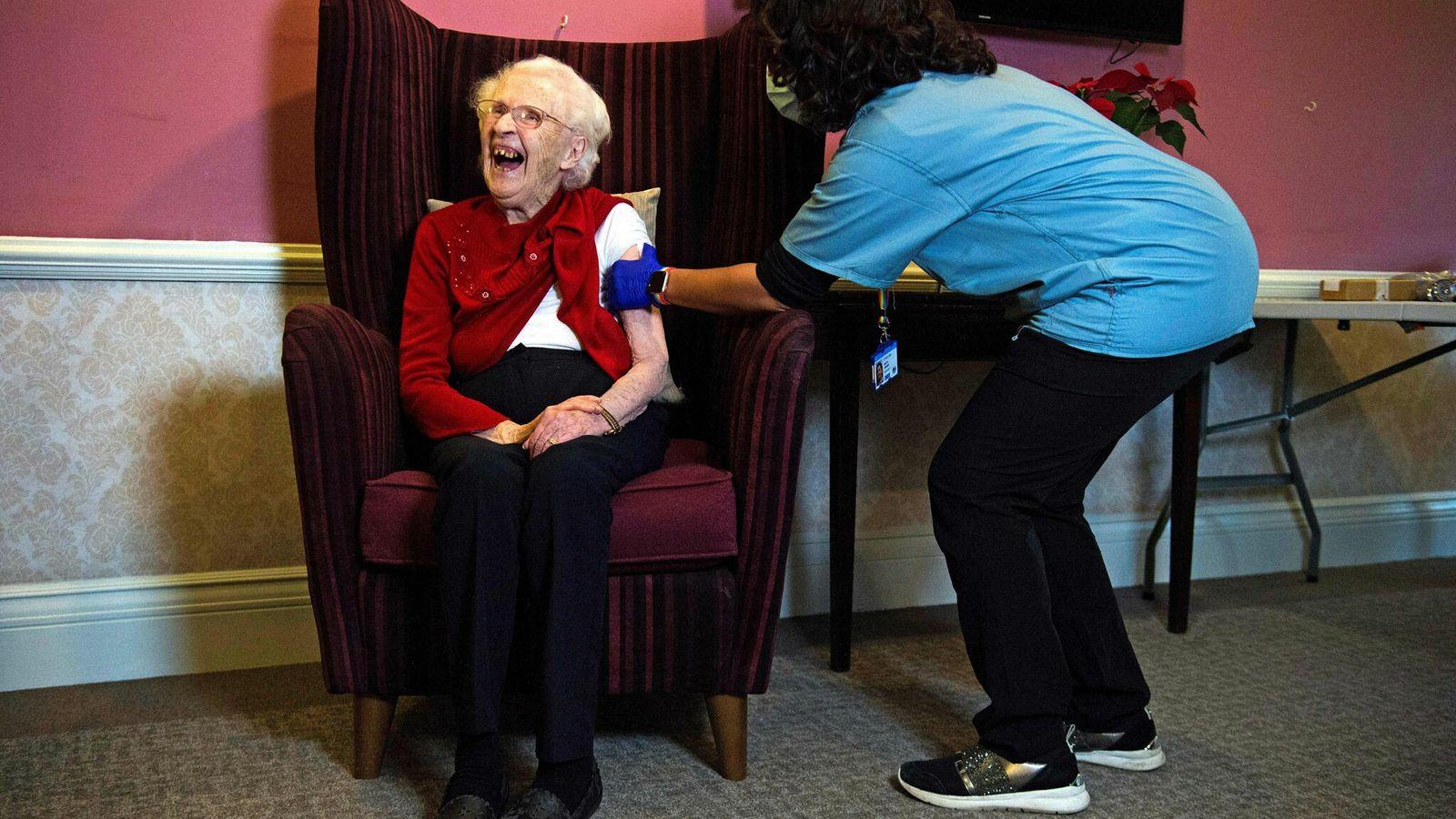 Ellen Prosser, 100 anos, apelidada de Nell, recebe a vacina contra a covid-19 da Oxford-AstraZeneca na ...