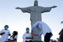 Em frente ao Cristo Redentor, a idosa Terezinha da Conceição, sentada à direita, e a técnica de enfermagem ...