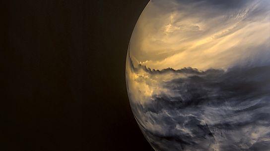 Nuvens mais escuras a maiores altitudes encobrem as nuvens mais claras de média altitude nesta imagem ...