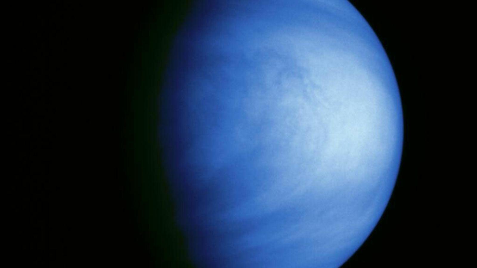 Essa imagem de Vênus, submetida a um processo de colorização, foi captada pela sonda Galileu em ...
