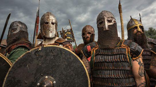 Pessoas em armaduras reencenam preparação para um combate iminente durante o Festival de Eslavos e Vikings ...