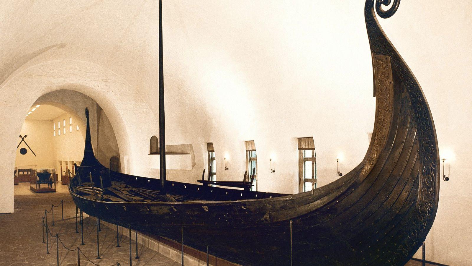 O barco de Oseberg está em exibição no Museu dos Barcos Vikings em Oslo. Construída em ...