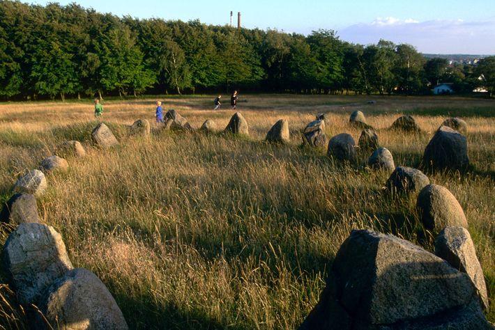 Restos mortais encontrados em cemitérios vikings, como neste local de sepulturas em formato de navio perto ...