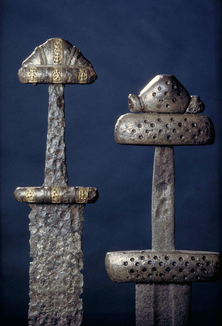 Artefatos vikings, como essas espadas encontradas em sítios arqueológicos na região atual da Noruega, são utilizados ...