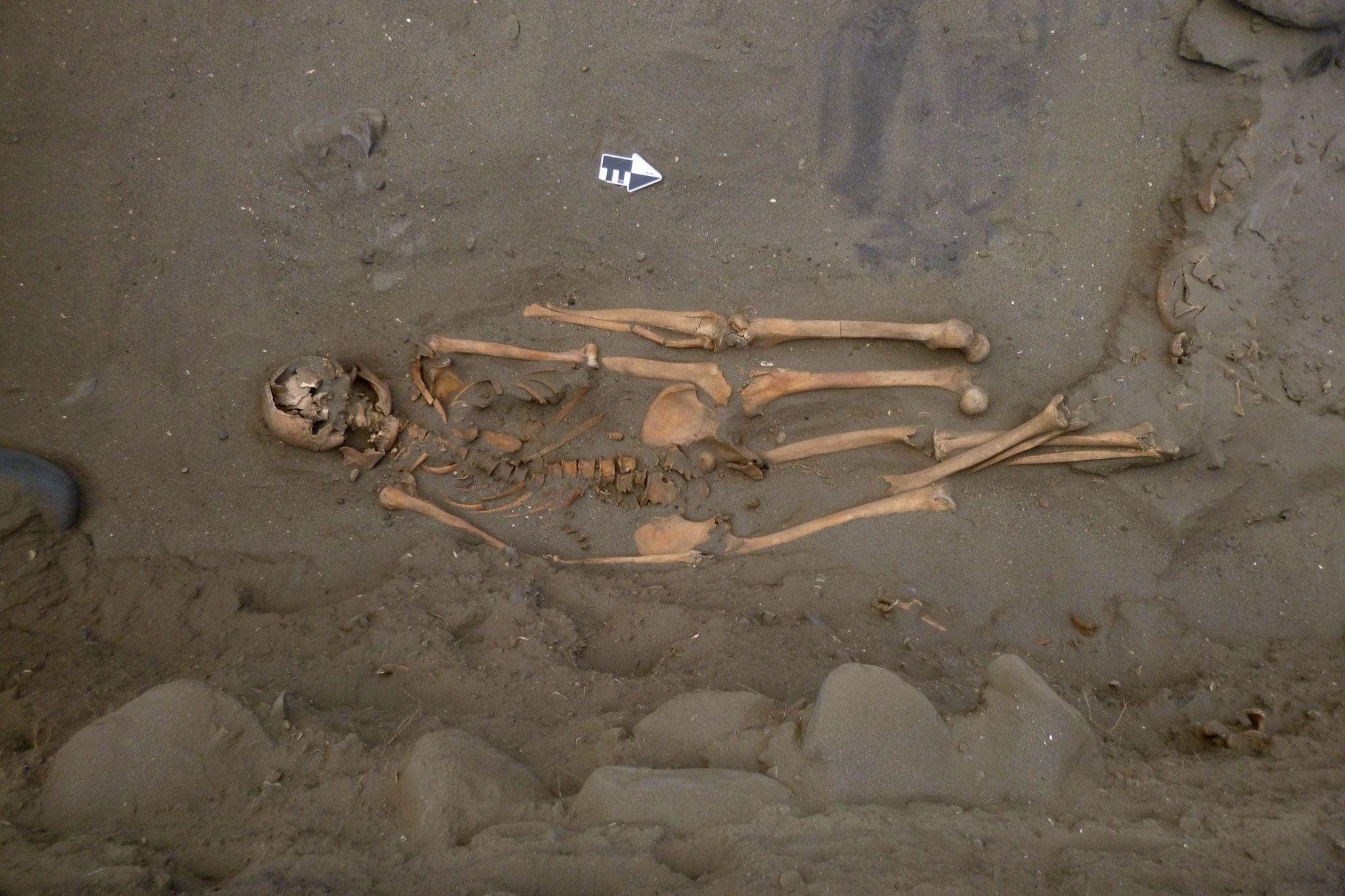 Estes antigos pescadores de tubarão eram enterrados com pernas a mais | National Geographic