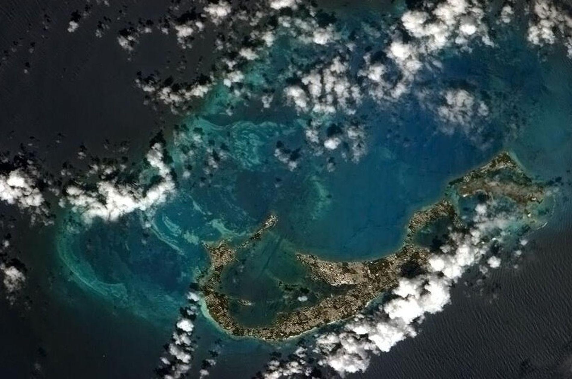 A ilha de Bermudas, vista da Estação Espacial Internacional, fica na superfície de um antigo vulcão.