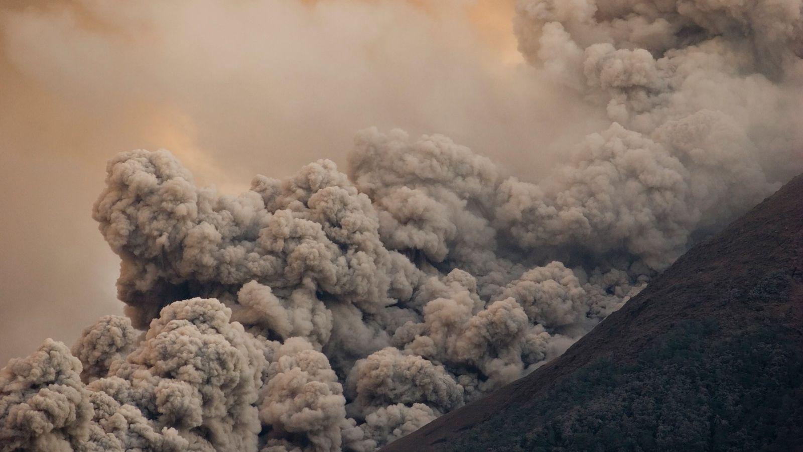 Uma quente avalanche de gases, cinzas e rochas, conhecida como fluxo piroclástico, desce pelas laterais do ...