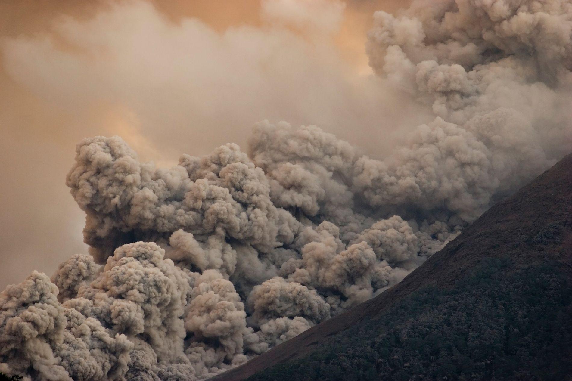Uma quente avalanche de gases, cinzas e rochas, conhecida como fluxo piroclástico, desce pelas laterais do vulcão Merapi, ativo na região central de Java, Indonésia.