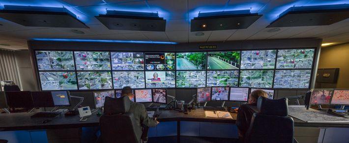Os dois operadores, na sala de controle de Islington, checam as imagens transmitidas pela rede de ...