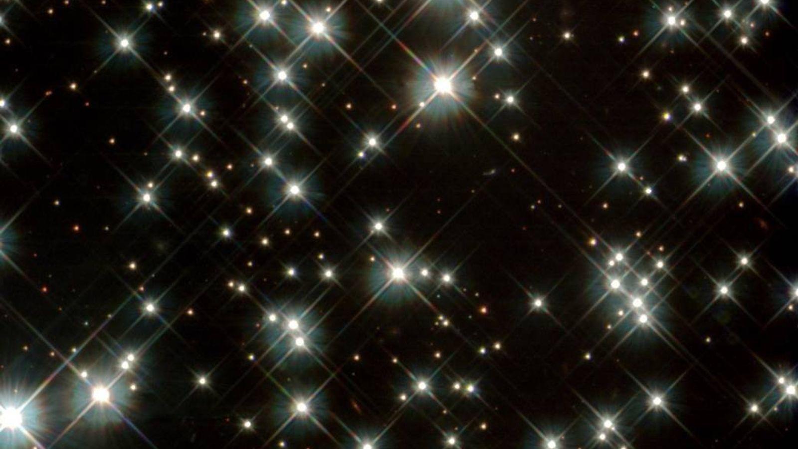 Estrelas anãs brancas antigas capturadas pelo telescópio espacial Hubble da Nasa na Via Láctea em 2012. ...