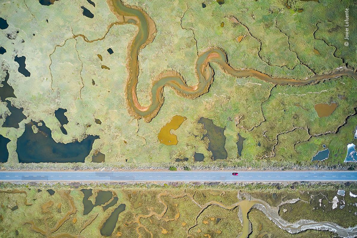 Foto aérea de estrada cortando um pântano em dois