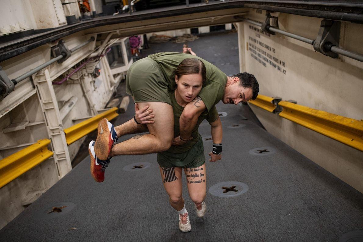 Fuzileiros devem ser capazes de carregar uns aos outros, se necessário. Gabrielle Green, cabo no segmento ...