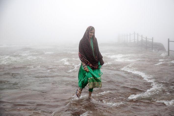 03-mulher-pontes-de-raizes-vivas-meghalaya-india