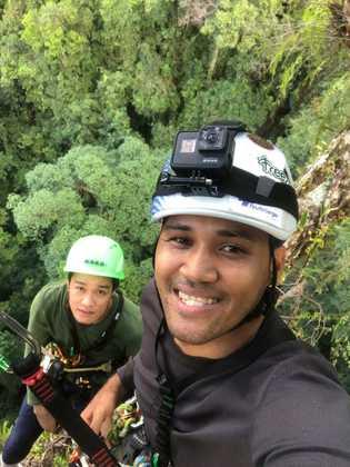 Os alpinistas param para tirar uma selfie e registrar o progresso. Os novatos demoram tanto tempo ...