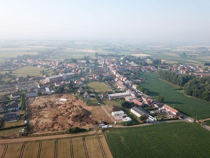 Uma visão aérea do sítio de escavação do projeto Dig Hill 80, com a cidade de ...