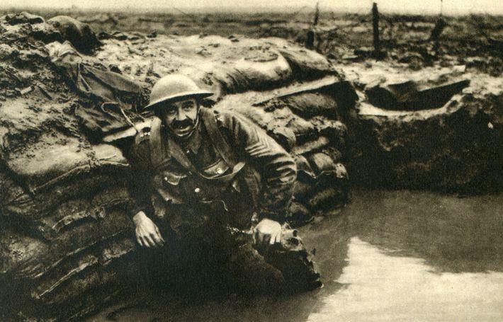 Um soldado britânico descansa em uma trincheira encharcada na Bélgica. A arqueologia está revelando os esforços ...