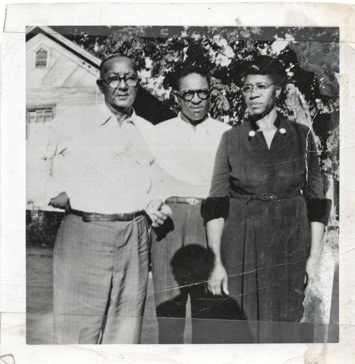 O pai de Johnny Crear, Joe (à esquerda), seu irmão Edward (no centro) e sua mãe ...