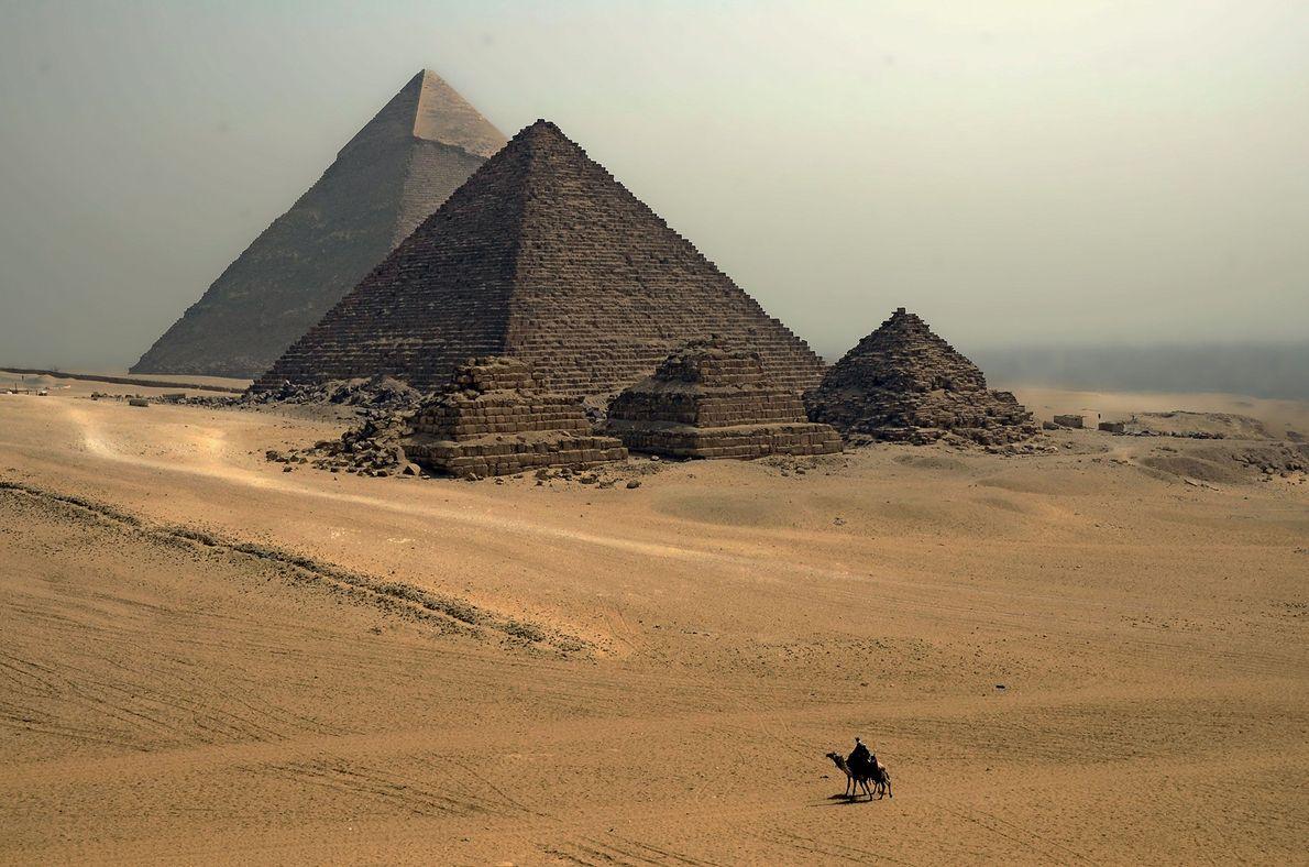 GIZÉ Imagens clássicas são clássicas por um motivo. Com um único camelo diminuído devido à escala da ...