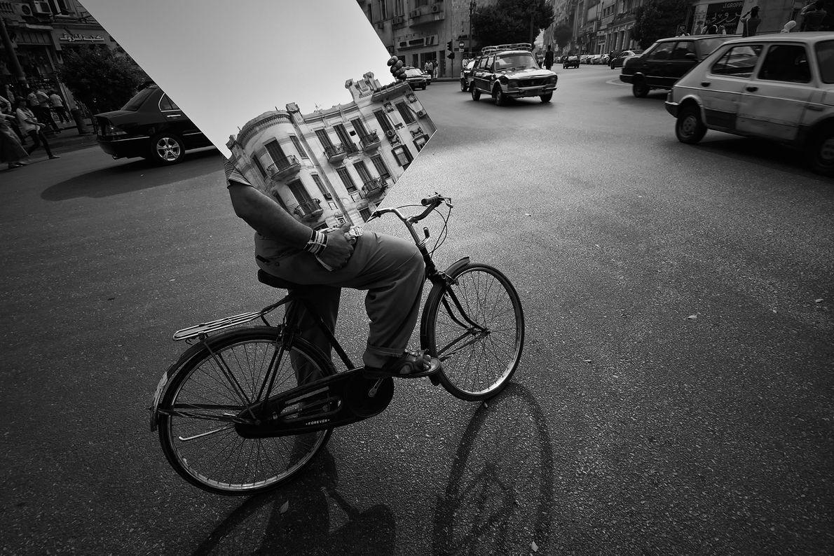 No centro da cidade caótica, ciclistas devem tomar cuidado para manobrar pelas ruas cheias de tráfego ...