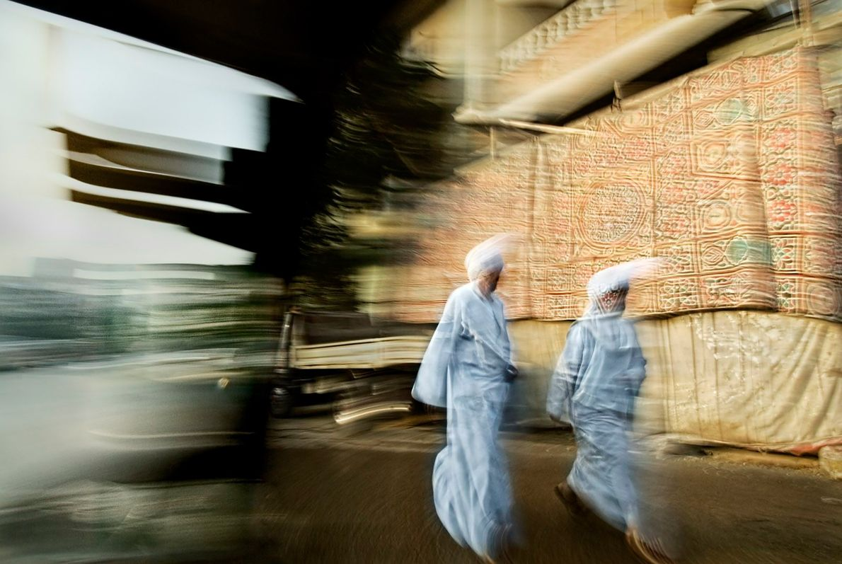 CAIRO O uso do borrão de movimento de Mateo captura a energia da cidade enquanto dois homens ...