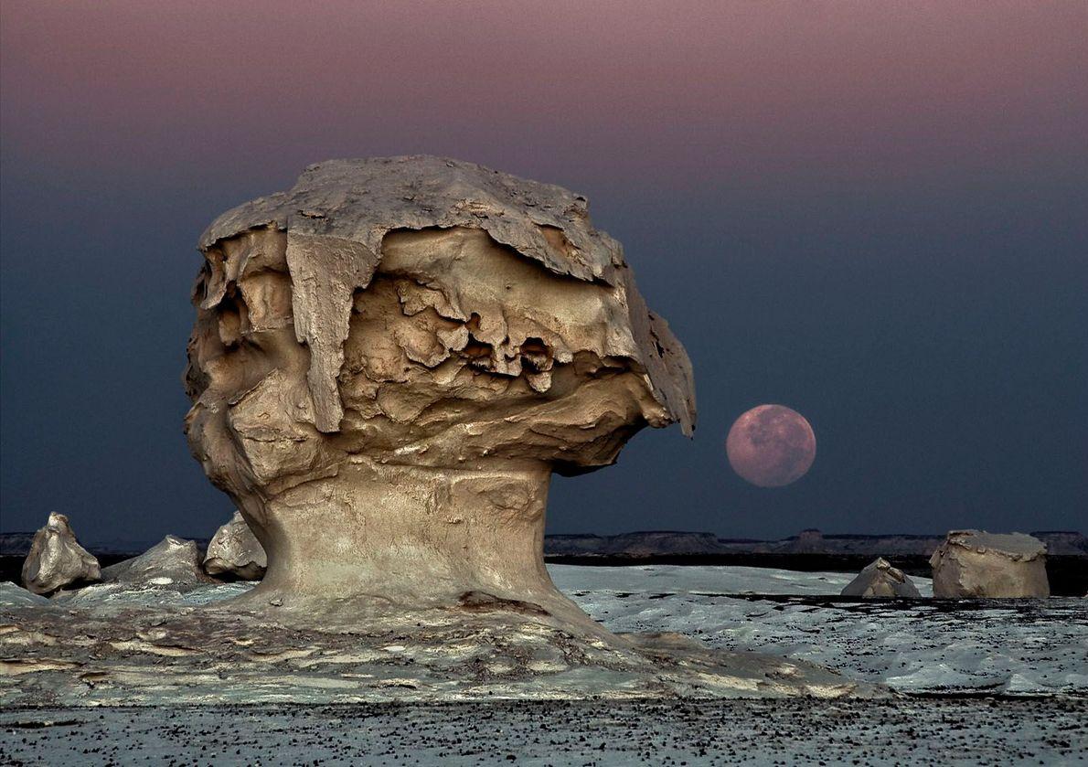 DESERTO BRANCO O Deserto Branco do Egito com formações rochosas esculpidas por tempestades de areia e erosão. ...
