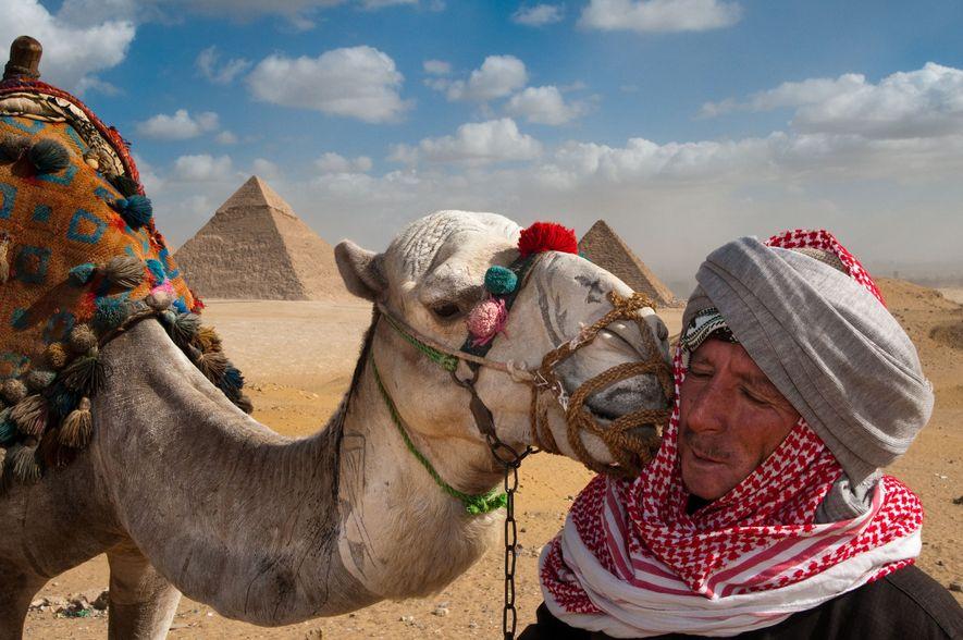 GIZÉ  As Pirâmides de Gizé formam um plano de fundo para esse momento de ternura ...