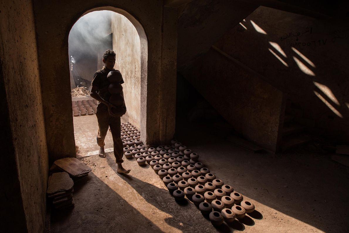 CAIRO Osam explica que o dono da oficina de cerâmica não tinha dinheiro para pagar trabalhadores ou ...