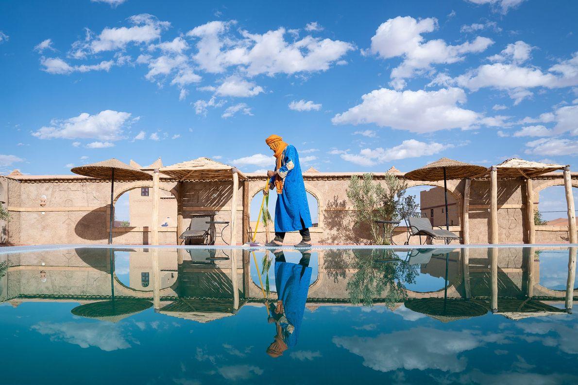 MERZOUGA  Um berbere, que faz parte de um grupo étnico composto por diversos povos indígenas do ...