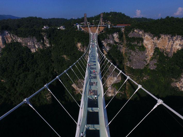 A Ponte de Vidro de Zhangjiajie é uma estrutura de vidro estonteante na província de Hunan, ...